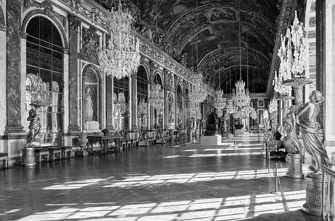 Galerie de Glaces du chateau de Versailles noir et blanc.jpg