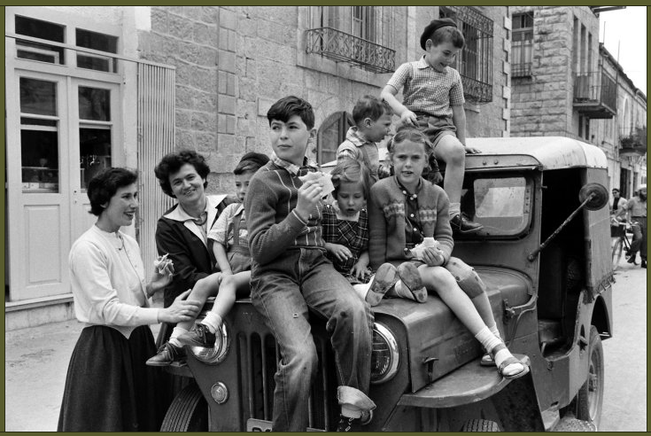 Hanneli and Dolly, childhood friends of Anne Frank, with their children in Jerusalem, 1959 (1)