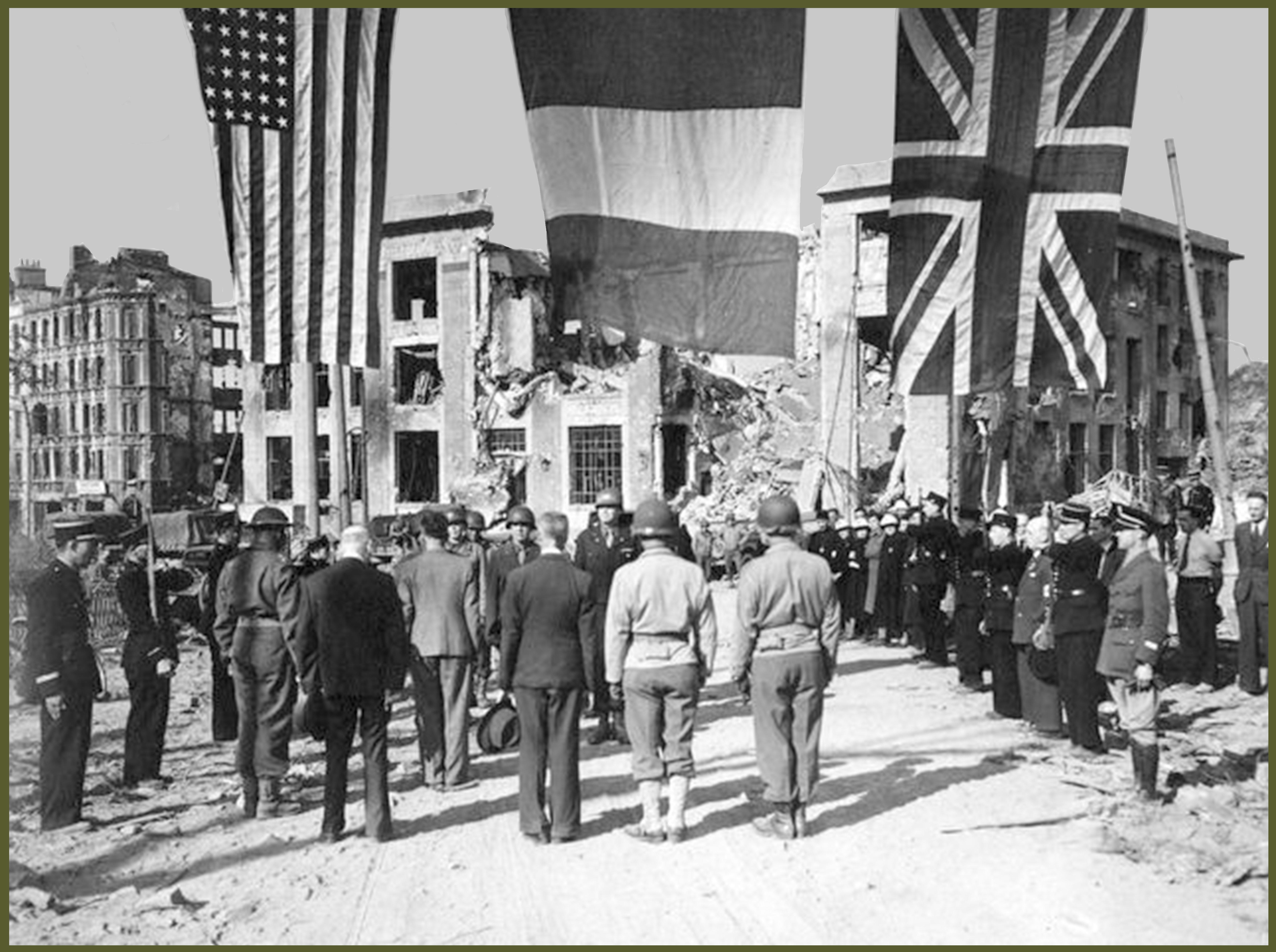 Cérémonie de remise de la ville par le général américain Troy H. Middleton à Jules Lullien, le maire, en présence des autorités communales françaises le 20 septembre 1944