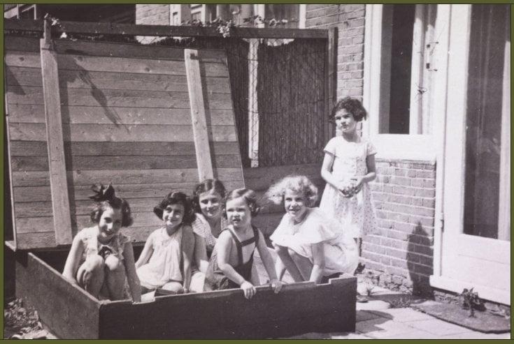 Hanneli Goslar, Anne Frank, Dolly Citroen, Hannah Toby, Barbara Ledermann and Susanne Ledermann standing, Amsterdam, 1937