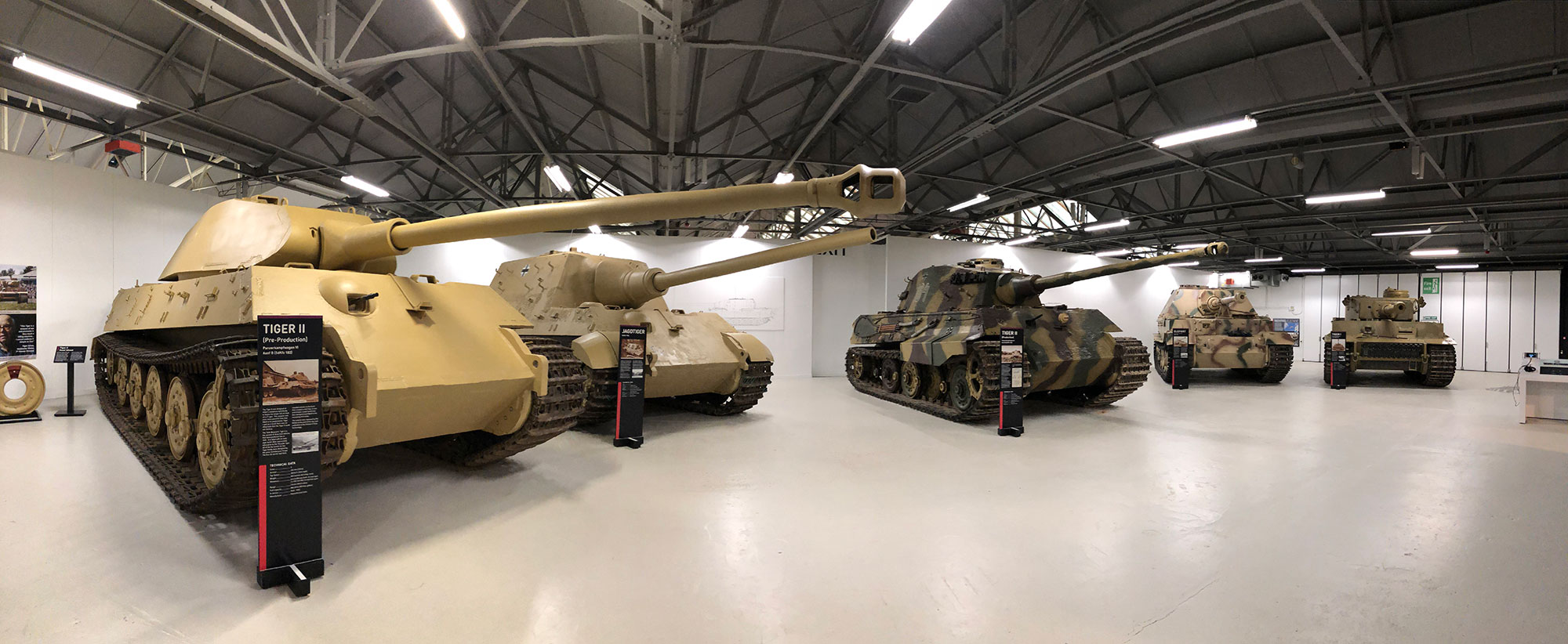 Tiger_tank_exhibit_panorama-converted