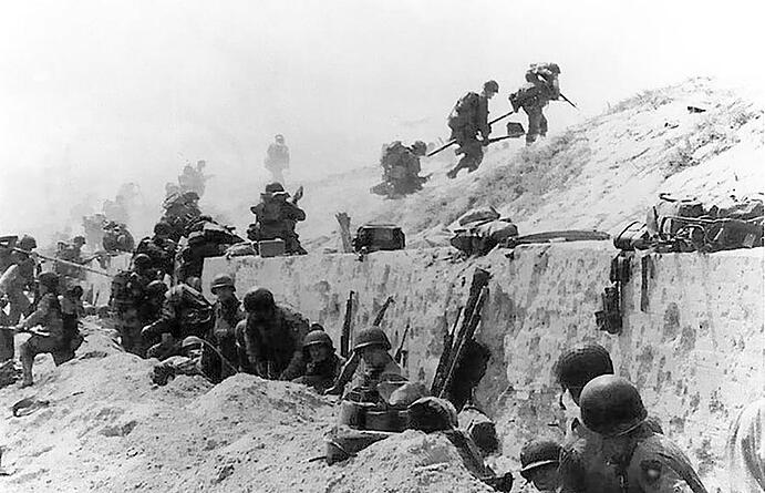 Troops_move_out_over_the_seawall_on_Utah_Beach